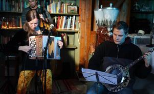 Sara Korpela (dragspel) och Anton Sandqvist (banjo).