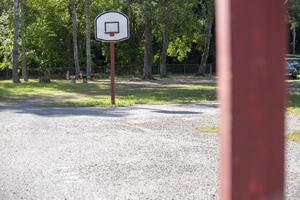 Dagen efter skolstarten låg det en stor mängd grus över basketplanen