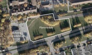 Området där nya hus ska byggas är gräsplanen vid Coop på Bjurhovdagatan. Bild: Västerås stad