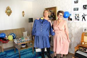 Titta vilka fina handsydda plagg från förr. Christina Dahlenlund och Anita Damberg fick låna av Christinas syster.