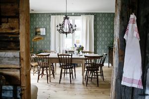 Bordet i matsalen står kvar sedan den förra ägaren. Marielle har dock slipat bort den knallgula färg som tidigare klädde det.
