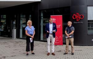 Bild från en pressträff med  Öbo och Örebro kommun med Kenneth Handberg, kommunstyrelsens ordförande (till höger), Camilla Andersson, ordförande i Öbos styrelse  och Ulf Rohlén, vd på Öbo.