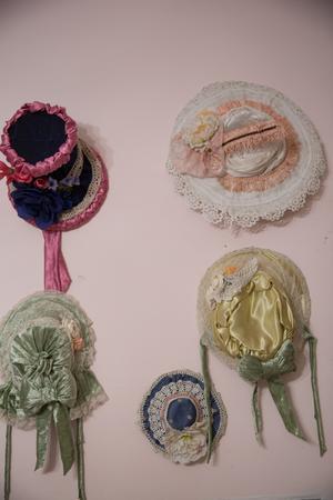 Hattarna gör sig bäst på väggen, enligt konstnären.