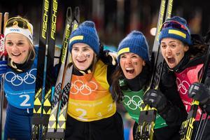 Stina Nilsson, Ebba Andersson, Charlotte Kalla och Anna Haag vrålar ut sin silverglädje i Sydkorea. Bild: Joel Marklund/Bildbyrån
