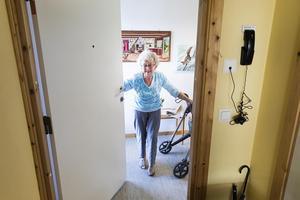Hemsjukvården gör att de äldre sätts i centrum och får bättre vård. Men den medför också ett minskat tryck på den övriga sjukvården vilket leder till kortare köer i vården.