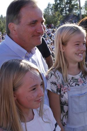 Madeleine Andersson från Låka och Filippa Larsson, Färila, ville ta en selfie med statsminister Löfven.