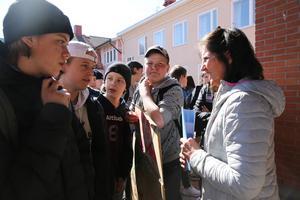 Skolchef Inga-Lena Spansk diskuterar med högstadieelever från Morkarlbyhöjdens skola i Mora.