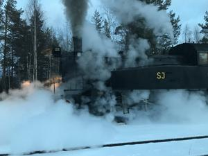 När loket startade i Fågelsjö fylldes luften runt omkring med ånga och väsande ljud från ångpannan och dess ventiler.