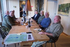Dan Olofsson har bjudit in jaktlaget till en god middag. Här diskuterar de dagen i skogen medan de ser ut över Kälapannsjön. På måndagen fälldes en tjur och de hoppas på god jaktlycka framöver.