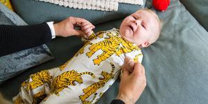 Mamma Simone Hedqvist gör gymnastik på sex månader gamla Miro. Hon hjälper honom att träna sina muskler, här genom att lyfta armarna ovanför huvudet.