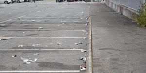 Längor av parkeringsrutor var obrukbara på grund av glassplittret på marken.