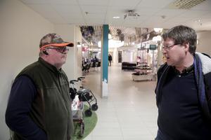 Leif Pettersson (till höger) konstaterade att det är lätt att söka på nätet efter grejer man vill köpa och Jan Eriksson menade att det gäller att få folk att inse vilken negativ påverkan det får för butikerna om man väljer att handla via nätet.