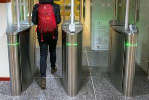 Den politiska sekreterarens passerkort är sparsamt använt. Bilden visar när en annan person går genom grindarna där passerkorten används.