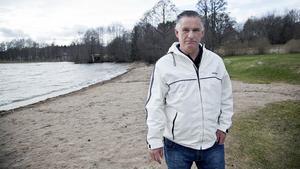 Det vore inte bra för Yngern om allt fler människor kommer till Hökmossbadet, säger Leonardo Horvat. Han har länge, även innan han gick med i Sverigedemokraterna, engagerat sig mot bostadsplanerna intill badet.
