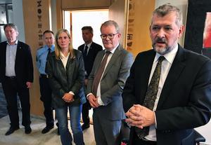 Nils Öberg, generaldirektör vid Kriminalvårdsstyrelsen, närmast kameran till höger på bilden, har tagit intryck av fallet med Lotta Rudholm när han varit med och utrett våld i nära relationer.
