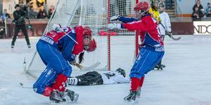 Ysing kramas om av Camilla Johansson efter avgörandet målet i 83:e minuten. Bild: Gert Holmér