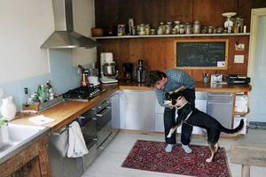 Hunden Billy är en gatuhund från Grekland som Lisan Bremmers tog med sig till Torsåker.