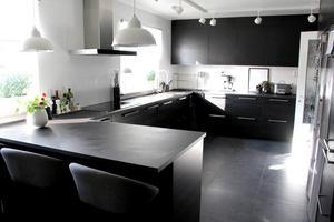 Nytt kök med rejäla bänkytor och mycket förvaring.