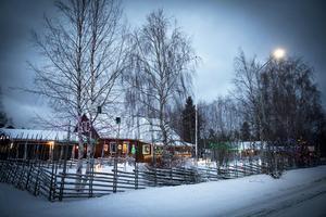 Många saktar in och en del stannar och tar kort när de åker genom Kläppe på vintern.