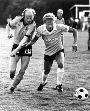 1980. Stugun-Gävle i en match hemma i Stugun. Göran Sahlin, en av klubbens största spelare genom tiderna, i närkamp med en gestrikespelare. Foto: ÖP