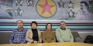 Abdulghani Ismail, Maria Makbule Colak, Gin Akgul Hajo och Abdullah Kaya i Mesopotamiens Kulturförening. Uppe till höger vakar PKK:s tidigare ledare Abdullah Öcalan.