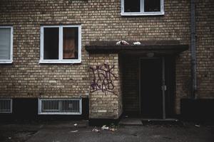 Enligt Christian Kirkman-Möller har man vidtagit stora åtgärder för att få bort de narkotikabrukare som brutit upp lås och tagit sig in i lägenheter och källare.