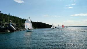 Mojnande vind gjorde att tävlingsledningen fick diska ett antal båtar under första racet av Ulvöregattan. Foto: Nina Sandin