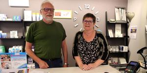 Nye ägaren av Bergmans Optik i Sollefteå, Olof Wahlberg från Alnö, tillsammans med Marie Nolerud som är anställd i butiken.