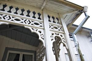 Den vackert utsmyckade verandan med sin snickarglädje har förfört många besökare – och var det som fick Cissi på fall.