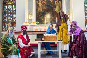 Tre vise män besöker Jesusbarnet, Maria och Josef, i Svegs kyrka på trettondagen. Från vänster Jane Vikberg, Camilla Reinholdz, Carina Blomqvist Liljegren, Ralph Liljegren och Marcus Reinholdz.