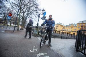 Hans Wigö från Sätra cyklar året om. Dubbdäck är lösningen, menar han.