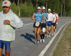 Klockan 6 i går morse gav sig löparna ut på etapp 43 vilken gick mellan Sveg och Rätan. Två svenskar finna med i fältet, Andreas Falk och Mattias Bramstång håller ihop för att klara de 450 milen.