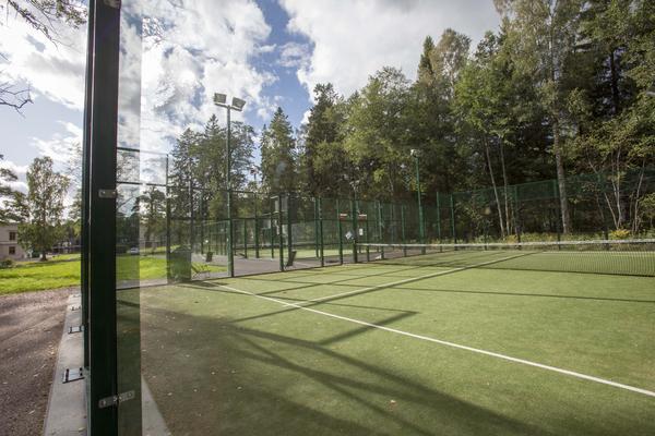 I Engeltofta finns två utomhusbanor att spela på.