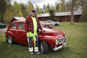"""Bilentusiasten Micke Eriksson i Östervåla fick köpa en original-PV sport från 1964. Han är andre ägaren och den har rullat i Östervåla från början. """"Mina föräldrar hade en svart PV när jag var liten"""", säger han."""