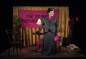 Catherine Westling som rösträttskämpen Gulli Petrini. På torsdag visas föreställningen i Ludvika. Foto: Lina Alriksson