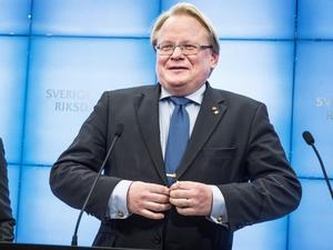 Försvarsminister Peter Hultqvist (S) vill inte anslå medel till de behov han själv håller med om att försvaret har.  Foto: Tomas Oneborg / SvD / TT