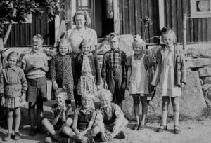 Fritz Hultgren, trea från höger i övre raden, i folkskolan i det som nu är Bromölla kommun i Skåne.