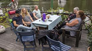 Jan Inalo, Veronica Inalo, Sven-Ove Gustafsson, Mariann Gustafsson och Berit Flink satt ner tillsammans och kollade när båtarna kom till Semla.