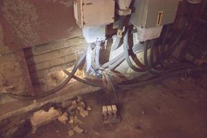 Vid en gammal transformator i byggnaden som ägs av Gävle kommun ser det ut så här. Kablar har sågats av och koppartrådar spretar.