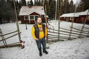 Arto Peteri bor i byn Flaten som ligger längs Hedesundavägen. En lada på gården fungerar som garage och klubblokal för mc-klubben ARM:s lokalavdelning i Gävle.