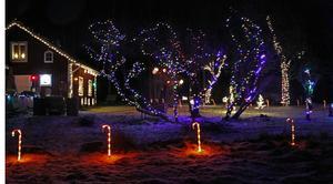Polkakäpparna och ljusen på fasaden till familjen Kemis hus ger känslan av ett pepparkakshus.