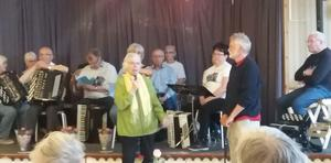 Jämtbälgen, på scenen i Hammerdal, gjorde 100-årsdagen till ett varmt och trivsamt möte . I förgrunden Ingrid Kallberg och Per Hedman.