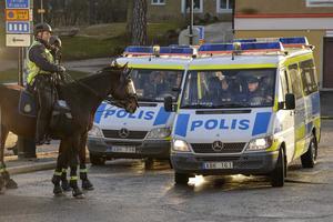 Polisnärvaro. Det var gott om poliser vid manifestation i Kärrtorp. Trist, men nödvändigt.