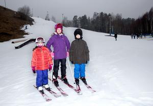 """Glada åkare. Jaklin, Meryem och Johannes Shamoun gillar skidåkning för fartens skull. """"Och för att man kan tricksa"""", säger Johannes.Foto: Per G Norén"""