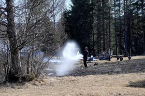Räddningstjänsten eftersläckte med vatten i kanterna av det eldhärjade området.