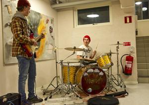 Arvid Bergman och Jonte Fundin får ibland sätta upp instrumenten i ett hörn av ungdomsgården för att öva.
