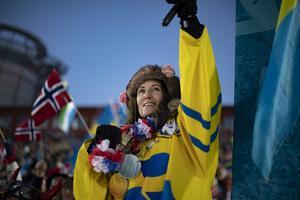Sofia Samuelsson, stoltare än de flesta på blomsterceremonin efter att sonen Sebastian och Hanna Öberg tagit brons på hemmaplan.