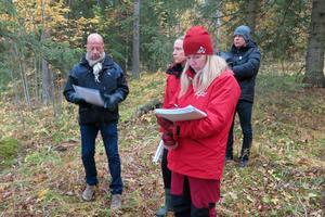 Kjell Svanberg (samhällsbyggnadschef på Östersunds kommun), Anna Uddenberg (juristdomare) och Britt-Inger Johansson ( protokollförare ) gjorde en syn på området där Mathias Fredriksson vill bygga tre villor.