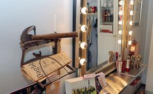 En gammal hammare och en gammal Gefle Dagblad vid spegeln i frisersalongen.
