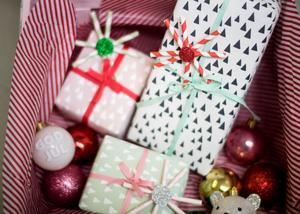 Använd gamla tapetstuvar och vikta sugrör som dekoration till paketinslagningen.